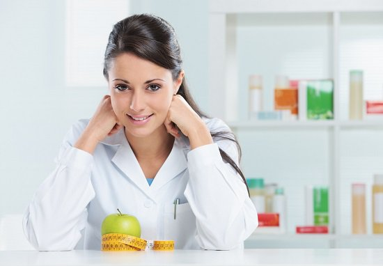 female-nutritionist-with-apple-at-desk