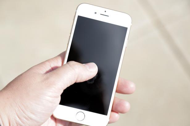 Original_Ryan-Reed_How-to-Clean-Cell-Phone-5.jpg.rend.hgtvcom.616.411
